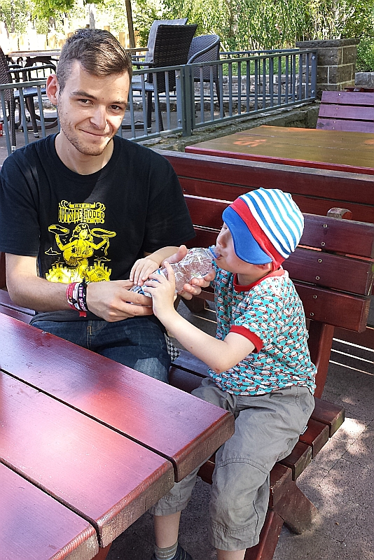 Ein Mitarbeiter des FED beim Einzeleinsatz hilft einem Kind beim Trinken