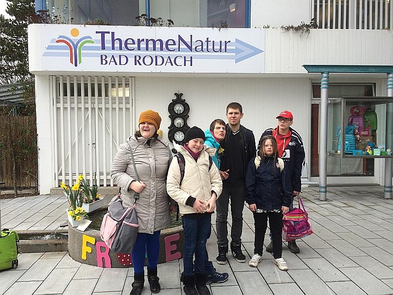 Eine FED-Gruppe von jungen Menschen freut sich auf das Thermalbad